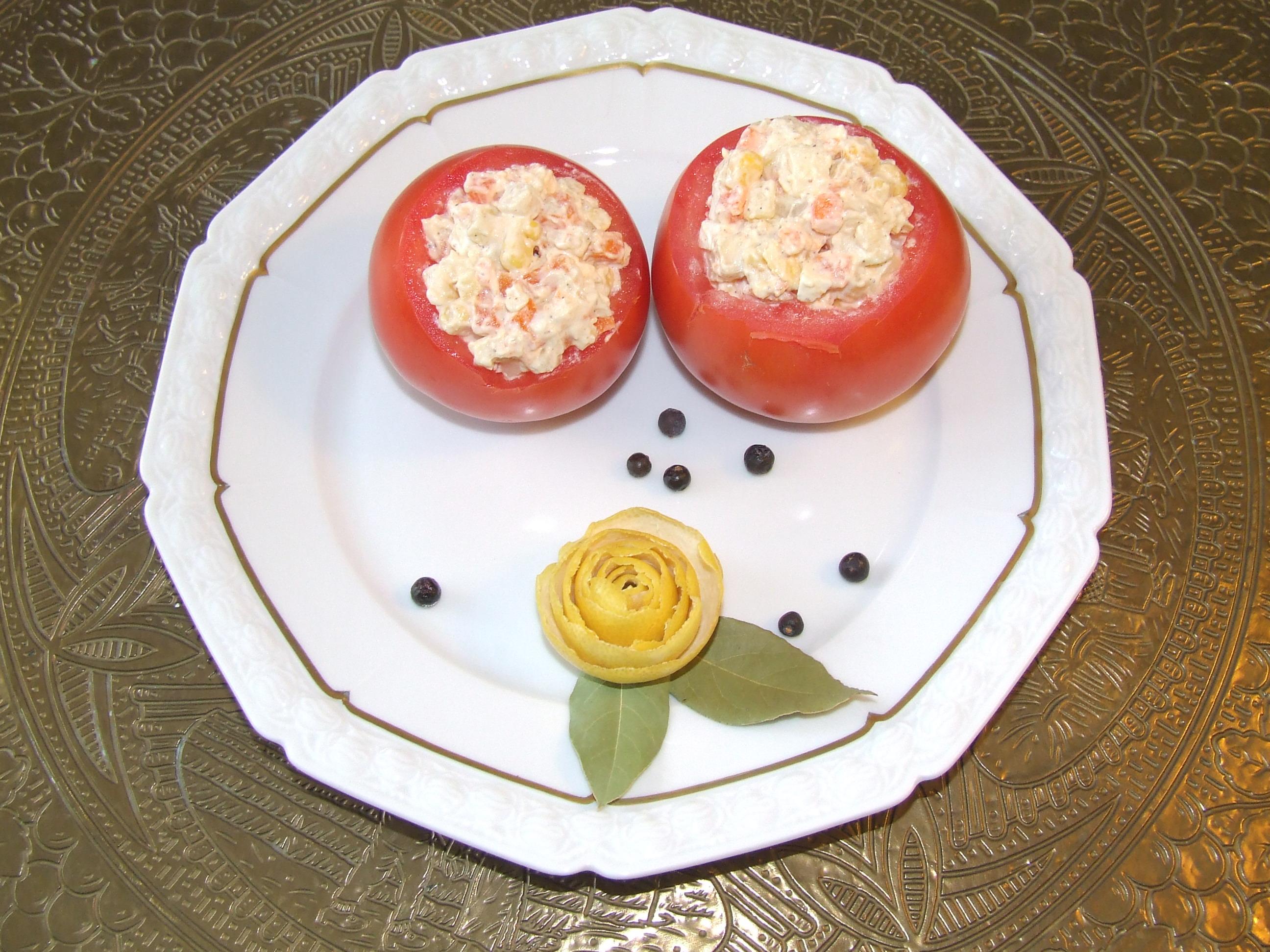 Sałatka jarzynowa w pomidorach