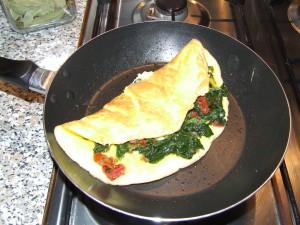 Omlet ze szpinakiem i pomidorami suszonymi