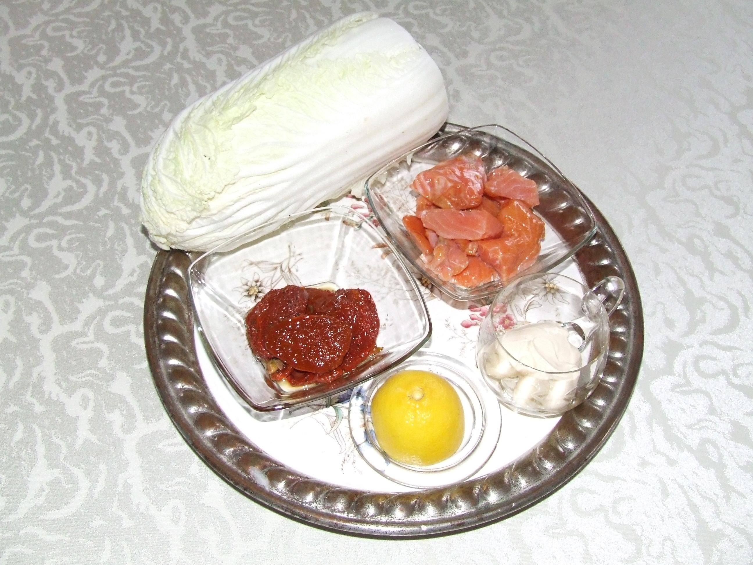 Kapusta pekińska z łososiem i pomidorami suszonymi