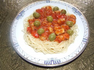 Spaghetti z mięsem drobiowym w sosie pomidorowym