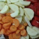 makaron z warzywami i jajkiem w koszulce