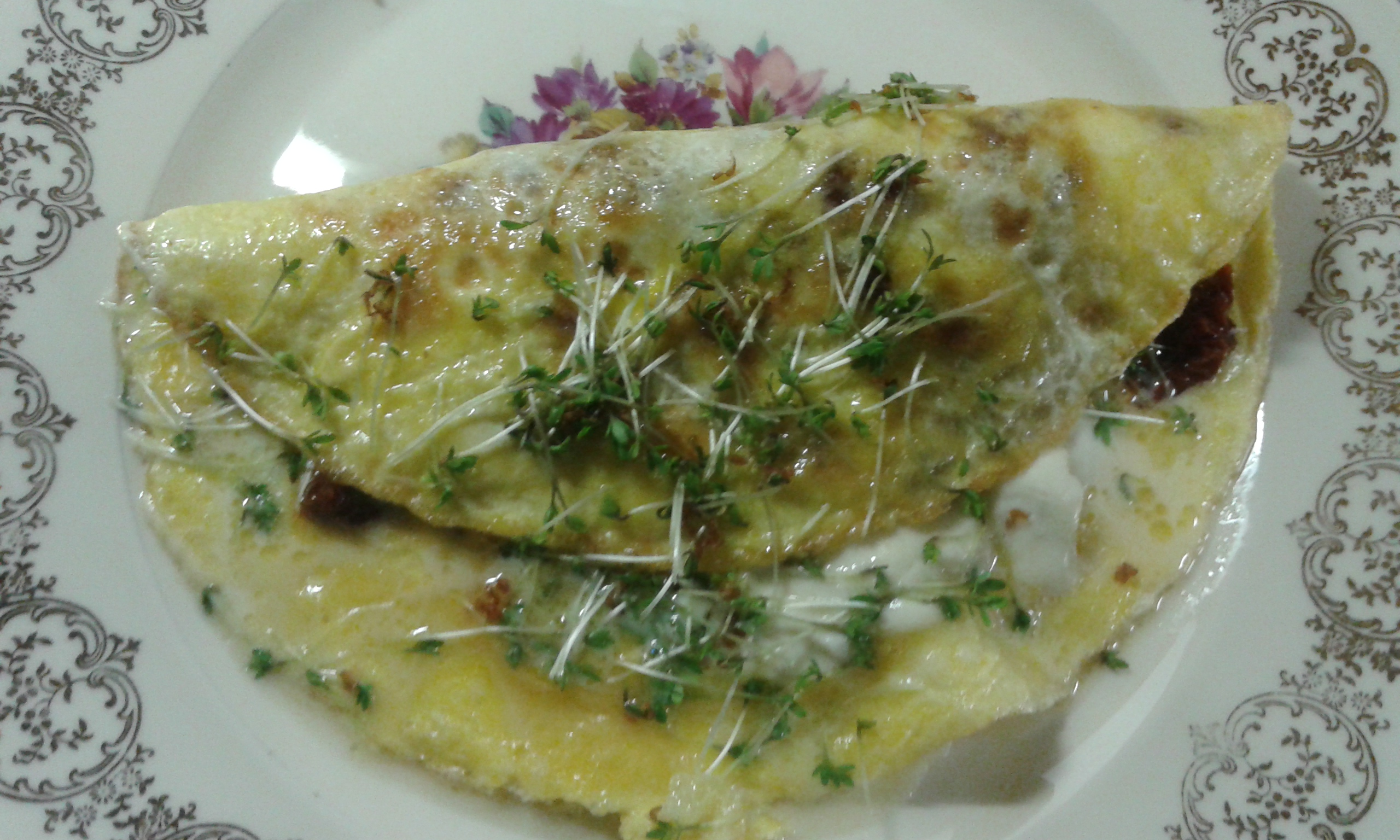 Omlet z suszonymi pomidorami i mozzarellą